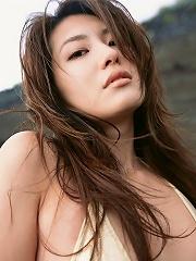 Steamy gravure idol babe sizzles in her incredible black bikini