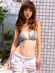 This gravure idol babe looks incredibly beautiful in her lingerie