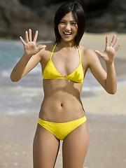 Gorgeous gravure idol having fun at the beach in a bikini