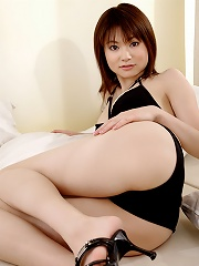 Adorable gravure idol stuns in her pink thigh high stockings